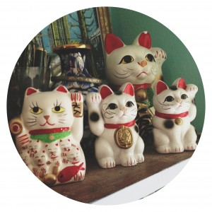Image of maneki neko cats to accompany a blog post about online classes from speculative fiction writer Cat Rambo.